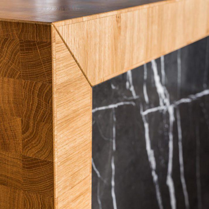 Apartmán Špindlerův Mlýn – Detail spoje pracovní desky smramorovým obkladem