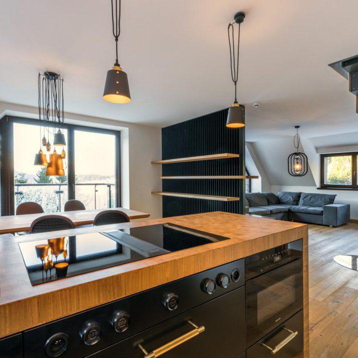 Apartmán Špindlerův Mlýn – Pohled zkuchyně do obývací části