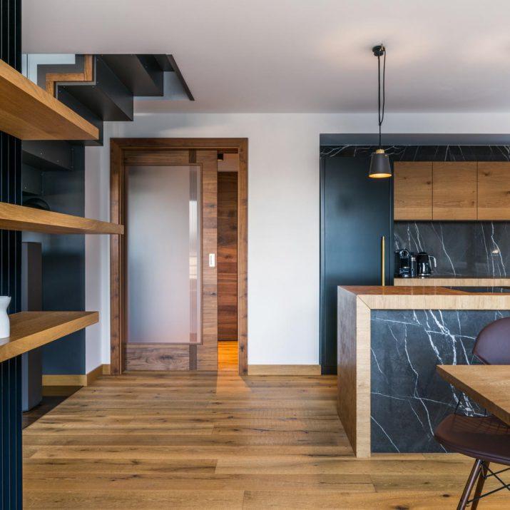 Apartmán Špindlerův Mlýn – Pohled do kuchyně sjídelním koutem