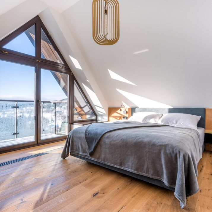 Apartmán Špindlerův Mlýn – Ložnice s dřevěným obkladem stěny