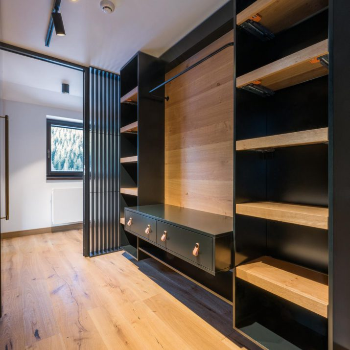 Apartmán Špindlerův Mlýn – Šatna svýsuvnými policemi