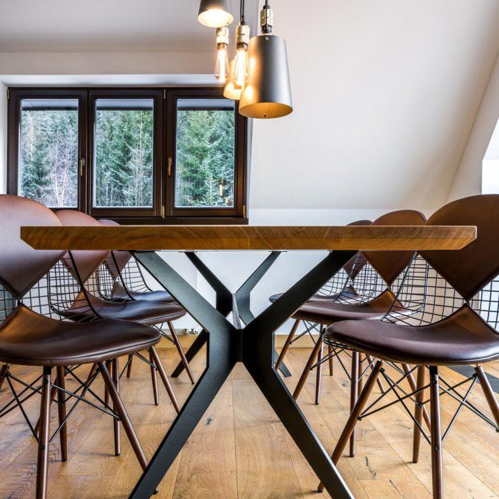 Apartmán Špindlerův Mlýn – Jídelní stůl ze dvou fošen